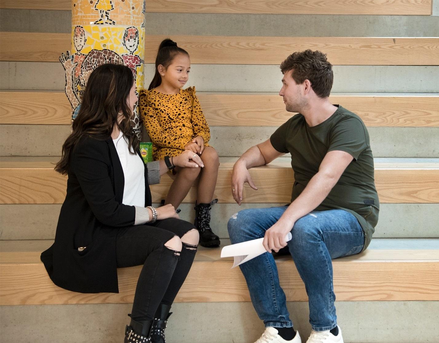 foto van kind en twee volwassenen