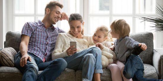 Ouders en twee kinderen thuis op de bank