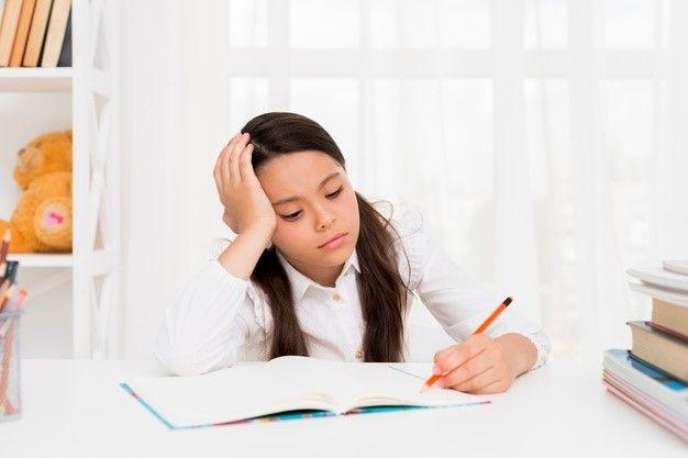 foto van meisje dat huiswerk maakt