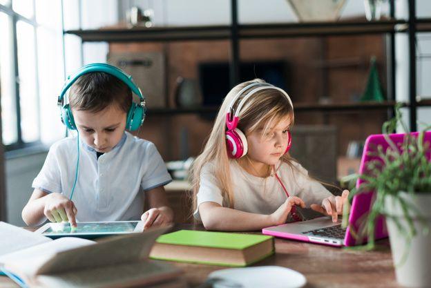 kinderen met laptop en tablet
