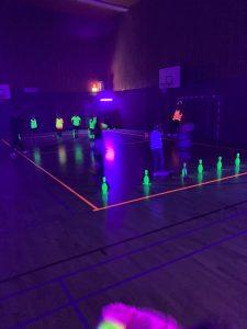Glow in the dark activiteit in een gymzaal